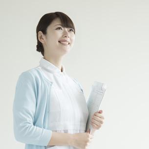 カルテを持ち微笑む看護師 FYI00491364
