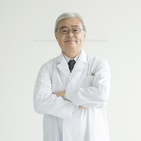 腕組みをする医者 FYI00491366