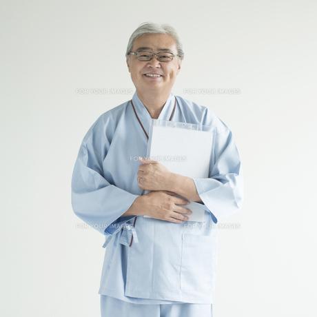 カルテを持ち微笑む患者 FYI00491369