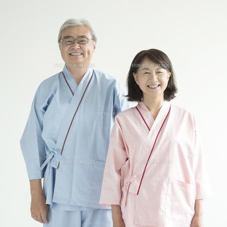 患者衣を着たシニア夫婦 FYI00491373