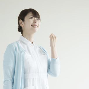 ガッツポーズをする看護師 FYI00491374