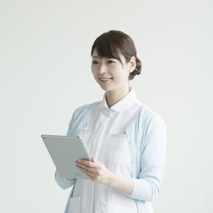 タブレットPCを持ち微笑む看護師 FYI00491384
