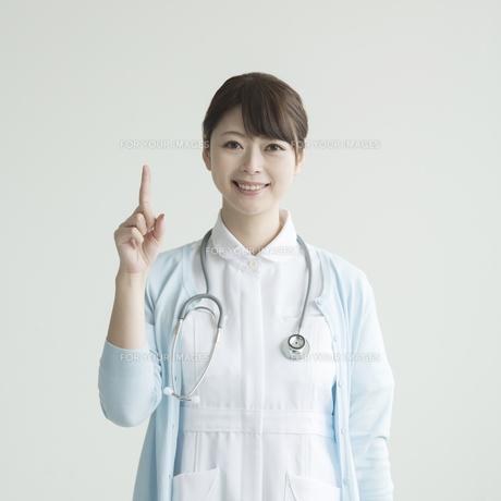 指差しをする看護師 FYI00491385