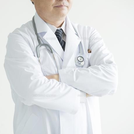 腕組みをする医者 FYI00491387