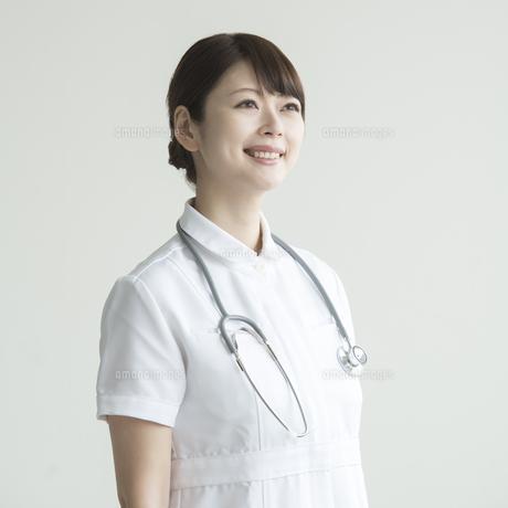 微笑む看護師 FYI00491390