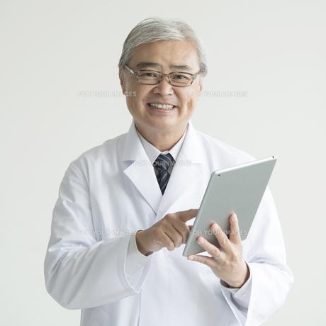 タブレットPCを持ち微笑む医者 FYI00491391