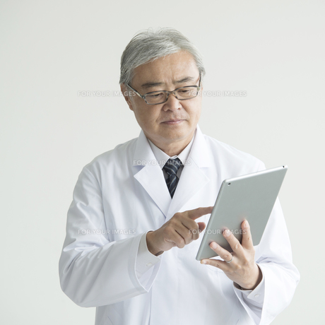 タブレットPCを操作する医者 FYI00491392