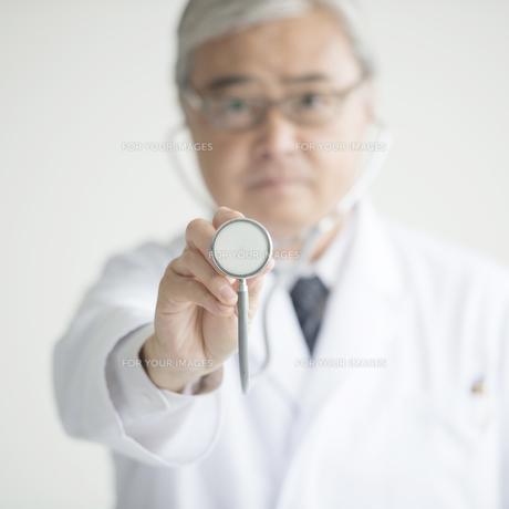 聴診器を持つ医者の手元 FYI00491393