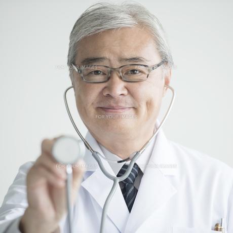 聴診器を持つ医者 FYI00491398