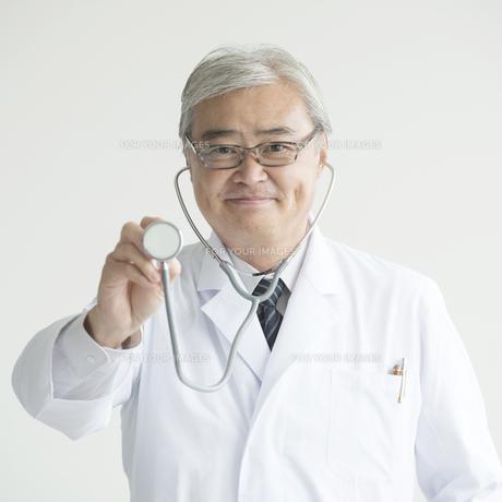聴診器を持ち微笑む医者 FYI00491399