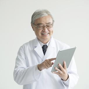 タブレットPCを操作する医者 FYI00491400