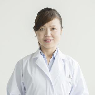 微笑む女医 FYI00491401