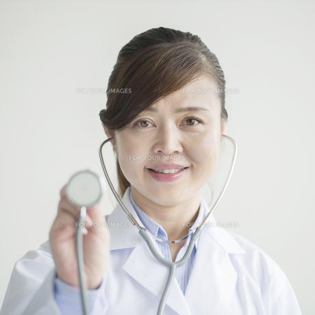 聴診器を持ち微笑む女医 FYI00491412