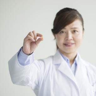 薬を持つ女医の手元 FYI00491415