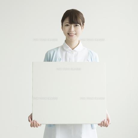 メッセージボードを持ち微笑む看護師 FYI00491421