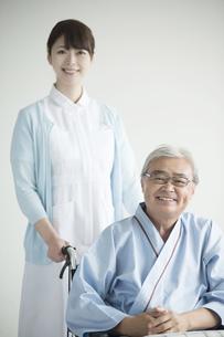 患者の乗る車椅子を押す看護師 FYI00491425