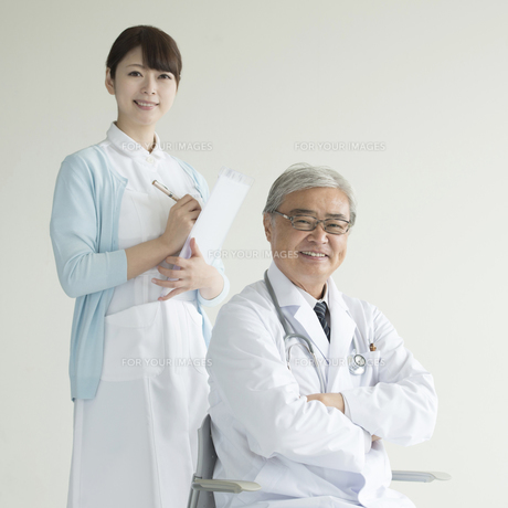 微笑む医者と看護師 FYI00491432