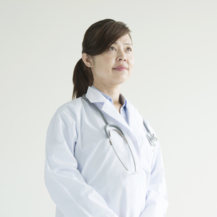 真剣な表情をする女医 FYI00491440