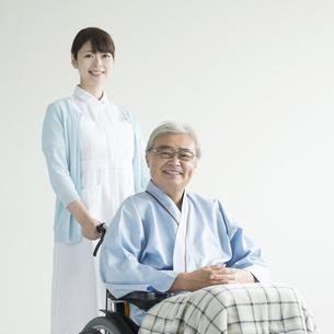 患者の乗る車椅子を押す看護師 FYI00491444