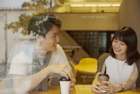 カフェで話すカップル FYI00491495