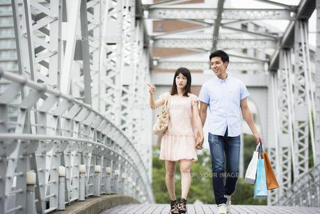 街でショッピングするカップル FYI00491501