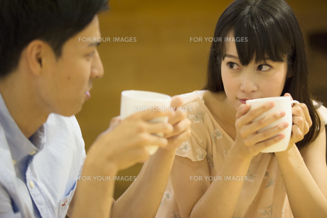 カフェで話すカップルの素材 [FYI00491543]