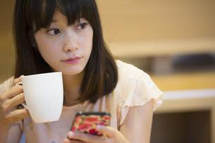 お茶する女性の素材 [FYI00491548]