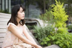 座っている女性の素材 [FYI00491565]