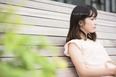 座っている女性 FYI00491572