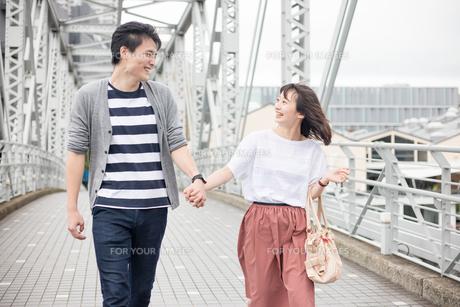 散歩するカップルの素材 [FYI00491619]