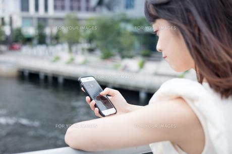 スマホを見る女性 FYI00491632