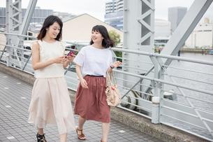 街を歩く女性2人 FYI00491634