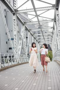 街を歩く女性2人 FYI00491638