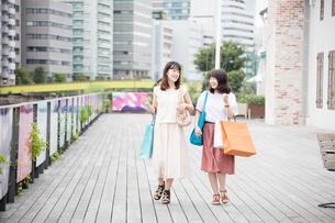 ショッピングをする女性2人 FYI00491643