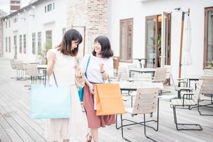ショッピングをする女性2人 FYI00491645