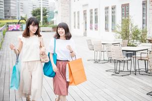 ショッピングをする女性2人 FYI00491646