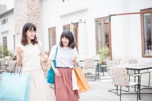 ショッピングをする女性2人 FYI00491648