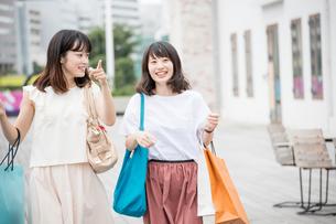 ショッピングをする女性2人の素材 [FYI00491660]