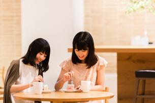 カフェでくつろぐ女性の素材 [FYI00491683]