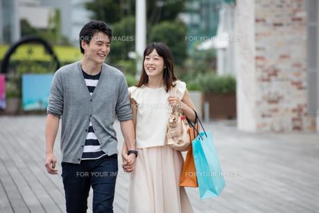 デートをするカップル FYI00491689