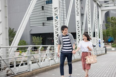 散歩するカップルの素材 [FYI00491692]