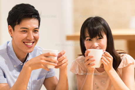 カフェでくつろぐカップルの素材 [FYI00491708]