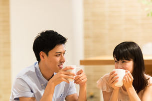 カフェでくつろぐカップルの素材 [FYI00491714]