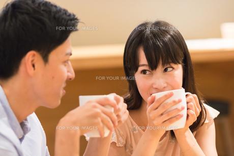 カフェでくつろぐカップルの素材 [FYI00491717]