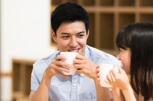 カフェでくつろぐカップルの素材 [FYI00491719]