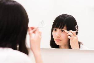 お化粧直しをする女性の素材 [FYI00491736]