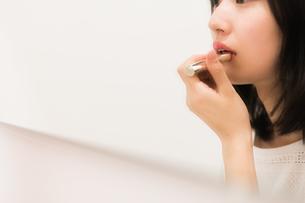 お化粧直しをする女性の素材 [FYI00491741]