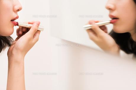 お化粧直しをする女性の素材 [FYI00491750]