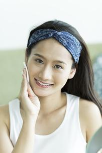 若い女性のスキンケアイメージ FYI00491788