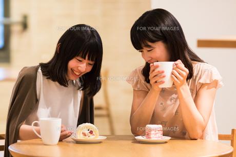 カフェでくつろぐ女性の素材 [FYI00491789]